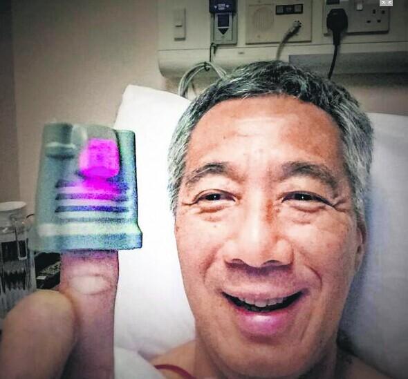 前列腺癌因李总理引关注 为新加坡男性第三多常见癌症  上周日,新加坡总理李显龙在Facebook分享了上个月在在医院接受细胞活检后夫人何晶为他拍的大头照,感谢大家的关心。 在照片中,李显龙带着脉搏检测器的手指,模仿电影《ET》里的外星人用发亮的手指打电话回家的动作。 新加坡总理公署周一(16日)下午通过总理李显龙的Facebook账号发布声明宣布,他的癌细胞切除手术成功。 在得知李显龙患上前列腺癌后,不少新加坡网民和媒体报道也开始关注这类病症。 据报道,前列腺癌是新加坡男性第三多的常见癌症。前总理吴作