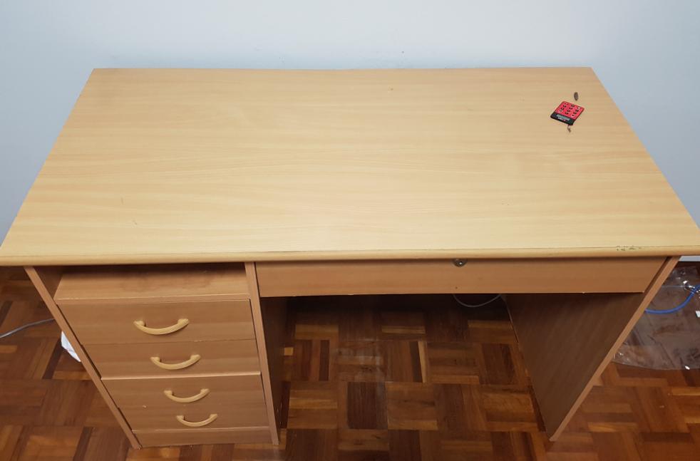 马里士他出售大餐桌+4个电脑桌+椅子
