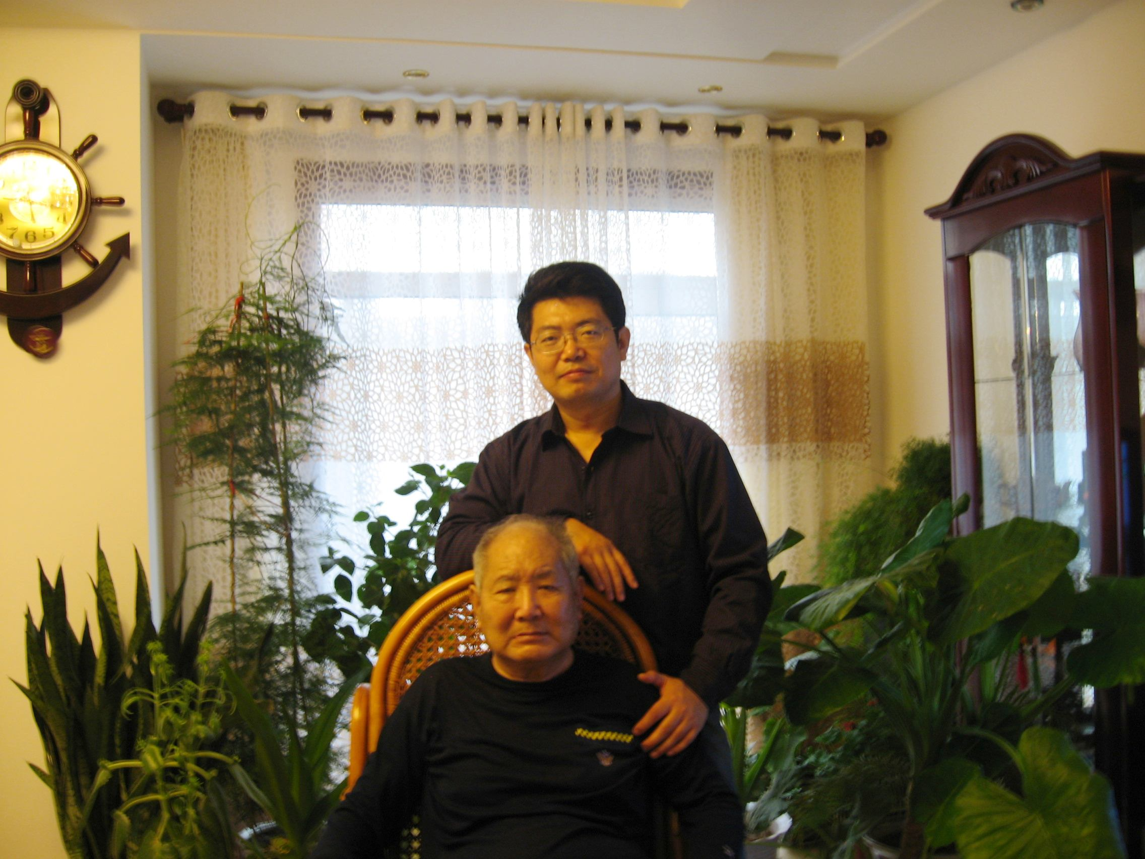 沧州榜书名家、收藏家刘毅、刘瑞华父子在一起.jpg