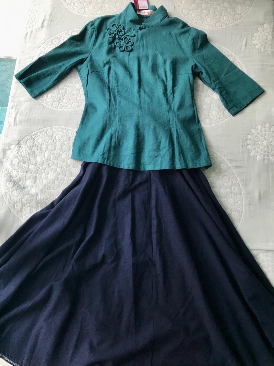 赠送藏青长裙,搭配在一起浓浓的民国风,适合新年新衣