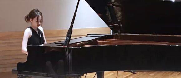 国际钢琴界舞台上的一颗新加坡新星