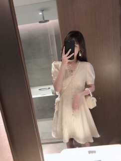 偏光乳白色裙子短款
