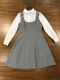 打底衫衫搭配格纹背带裙