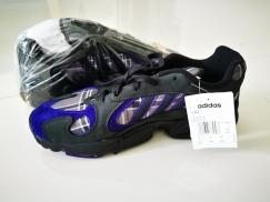 卖一双阿迪达斯运动鞋 Adidas Yung 1