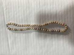 天然珍珠和纯银首饰,国内有实品店。实物比照片好看太多,