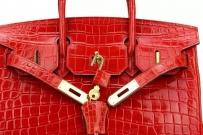 专卖Chanel HERMes 包包只卖熟人的,正品没区别,饰品顾客一直询问,先开放给所有顾客